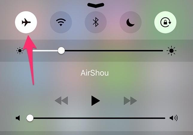 Chỉ cần bật Chế độ máy bay lên khoảng 5 giây rồi tắt đi là xong.