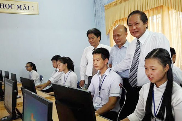 Bộ trưởng Trương Minh Tuấn tặng 30 máy tính cho trường THPT Đồng Hới dịp khai giảng ảnh 1