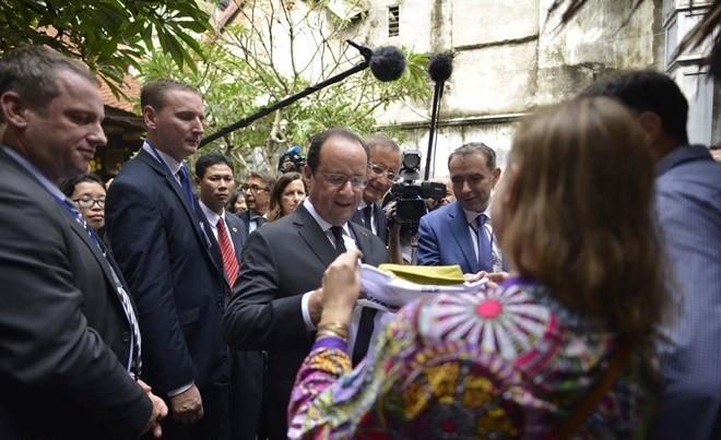 Tổng thống Pháp thích thú nhâm nhi cafe Việt, thăm nhà cổ Hà Nội ảnh 1
