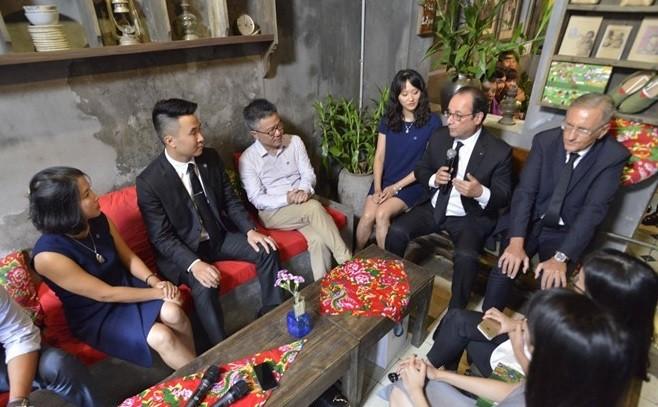 Tổng thống Pháp thích thú nhâm nhi cafe Việt, thăm nhà cổ Hà Nội ảnh 4