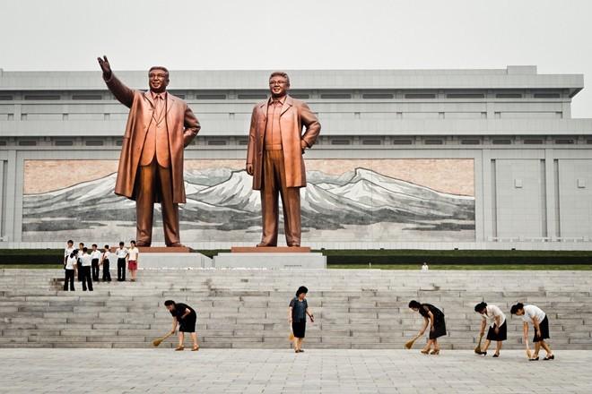 Nhân viên quét dọn, làm vệ sinh khu tượng đài lãnh đạo Triều Tiên