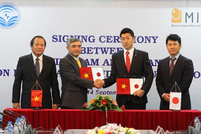 Bộ trưởng Bộ TT&TT Trương Minh Tuấn chứng kiến lễ ký kết giữa hai Bộ