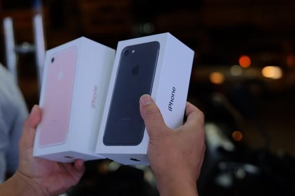 Mở hộp iPhone 7 đầu tiên về Việt Nam, giá gần 34 triệu đồng ảnh 1