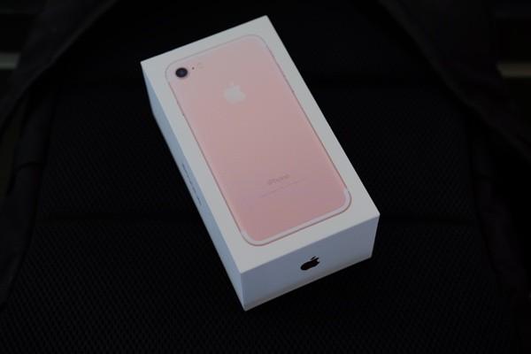 Mở hộp iPhone 7 đầu tiên về Việt Nam, giá gần 34 triệu đồng ảnh 2