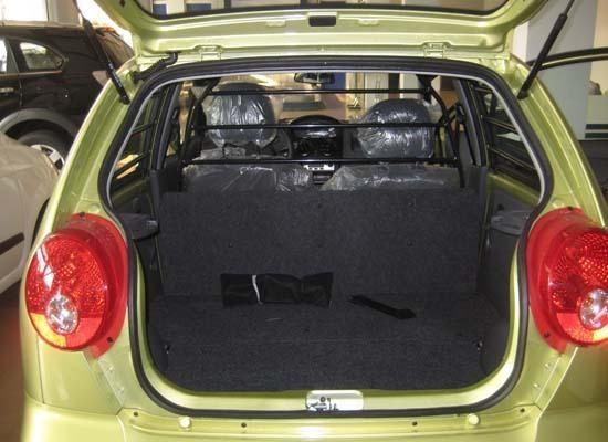 Chevrolet Spark Van trang bị động cơ 1.0 lít, về cơ bản không khác nhiều so với xe 4 chỗ. Tuy nhiên phần đuôi cuả nó lại là một khoang chở hàng và cabin chỉ được trang bị hai chỗ ngồi - đây cũng là điều bạn cần phải cân nhắc khi muốn mua mẫu xe cỡ nhỏ này