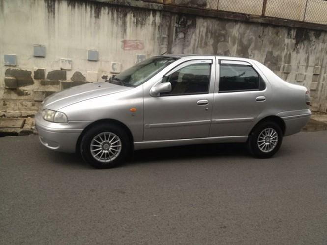 Một chiếc xe thương hiệu Ý - Fiat Siena đời 2001 – 2004 hiện có mức giá khá rẻ, chỉ từ 60 - 120 triệu tuỳ theo độ mới hay cũ. Mẫu xe này có ưu điểm là màu sắc đa dạng dễ lựa chọn gồm: Vàng (cốm), Xanh (dưa hấu), Ghi (xám), Mận chín (Bóc đô),…, thiết kế nhỏ gọn, hệ thống khung gầm vững chắc giúp cho mẫu xe luôn được người dùng săn tìm