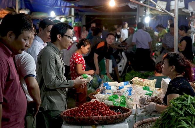 """Thủ tướng bất ngờ """"đi chợ"""" Long Biên lúc sáng sớm ảnh 4"""