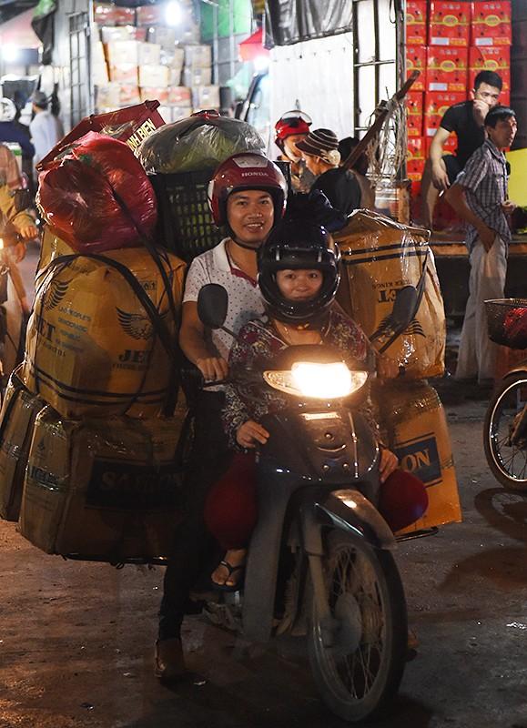 """Thủ tướng bất ngờ """"đi chợ"""" Long Biên lúc sáng sớm ảnh 6"""