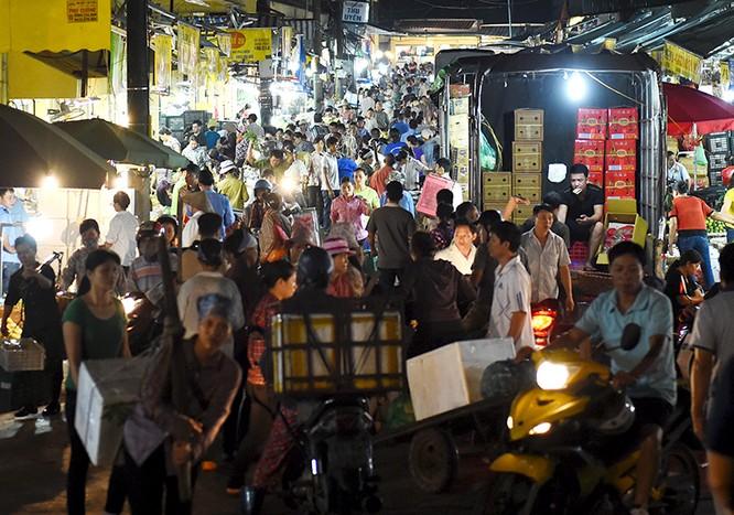 """Thủ tướng bất ngờ """"đi chợ"""" Long Biên lúc sáng sớm ảnh 1"""
