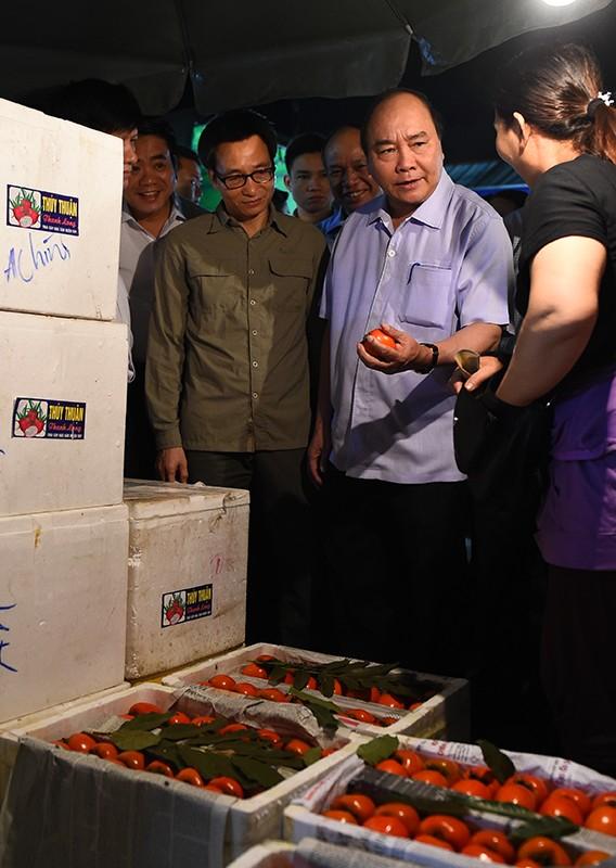 """Thủ tướng bất ngờ """"đi chợ"""" Long Biên lúc sáng sớm ảnh 2"""