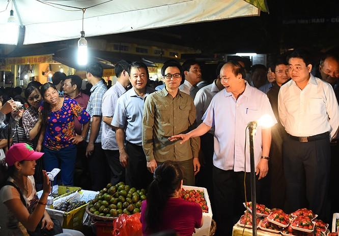 """Thủ tướng bất ngờ """"đi chợ"""" Long Biên lúc sáng sớm ảnh 3"""