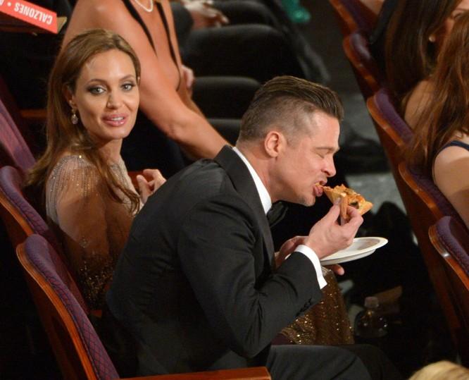 Trả lời phỏng vấn của những tờ báo khác nhau Pitt từng nhiều lần tuyên bố tự thấy rất may mắn là chính Jolie đã trở thành người mẹ của các con mình. Đọc thêm: http://vn.sputniknews.com/photo/20160921/2410442/angelina-jolie-brad-pitt.html