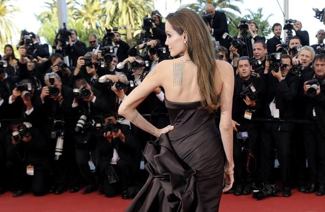 Nguồn tin thân cận với nữ nghệ sĩ khẳng định rằng quyết định của Jolie gắn với sự bất đồng của cô với cách nuôi dạy con mà Brad Pitt áp dụng.