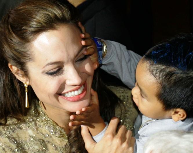 Angelina Jolie và Brad Pitt với trẻ em. Đọc thêm: http://vn.sputniknews.com/photo/20160921/2410442/angelina-jolie-brad-pitt.html