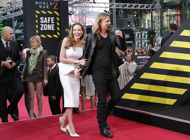 Jolie cùng con trai Maddox mà cô nhận nuôi năm 2002 tại Campuchia. Đọc thêm: http://vn.sputniknews.com/photo/20160921/2410442/angelina-jolie-brad-pitt.html