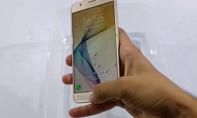 Video: Galaxy J7 Prime vẫn mượt sau màn dìm nước ảnh 3
