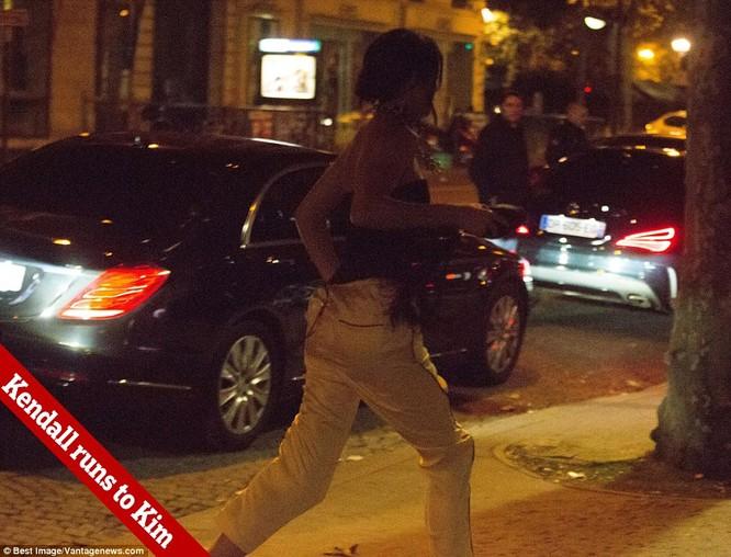 Kim Kardashian bị dí súng vào đầu, cướp 11 triệu USD nữ trang ảnh 14