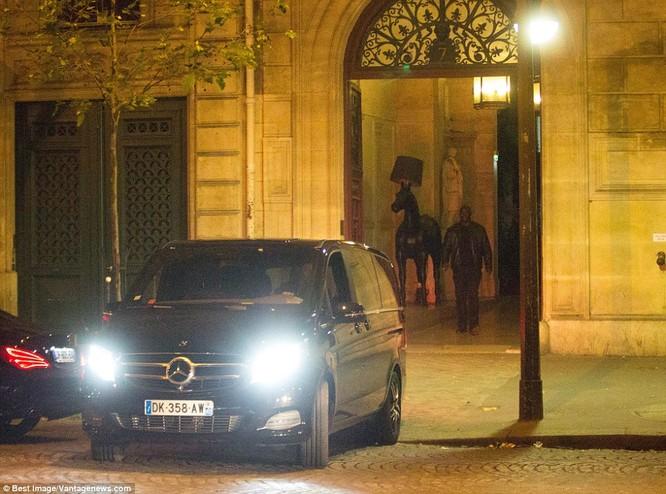 Kim Kardashian bị dí súng vào đầu, cướp 11 triệu USD nữ trang ảnh 16