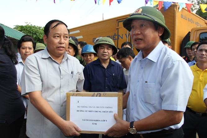 Bộ trưởng Trương Minh Tuấn thăm và tặng quà đồng bào bị lũ lụt tại Hà Tĩnh, Quảng Bình ảnh 1