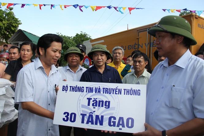 Bộ trưởng Trương Minh Tuấn thăm và tặng quà đồng bào bị lũ lụt tại Hà Tĩnh, Quảng Bình ảnh 3