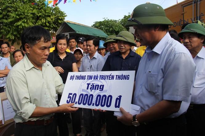 Bộ trưởng Trương Minh Tuấn thăm và tặng quà đồng bào bị lũ lụt tại Hà Tĩnh, Quảng Bình ảnh 2