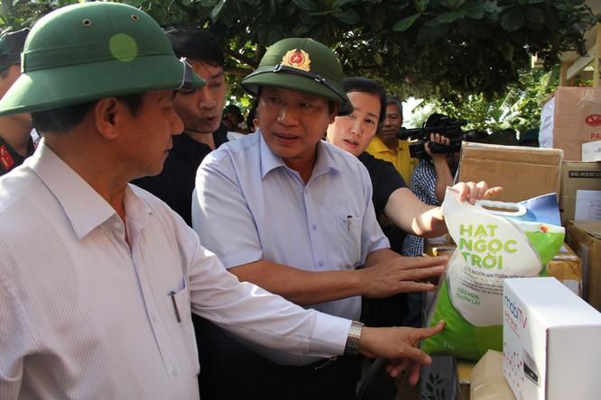 Bộ trưởng Trương Minh Tuấn thăm và tặng quà đồng bào bị lũ lụt tại Hà Tĩnh, Quảng Bình ảnh 4