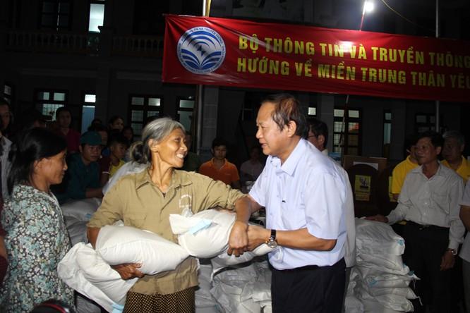 Bộ trưởng Trương Minh Tuấn thăm và tặng quà đồng bào bị lũ lụt tại Hà Tĩnh, Quảng Bình ảnh 6