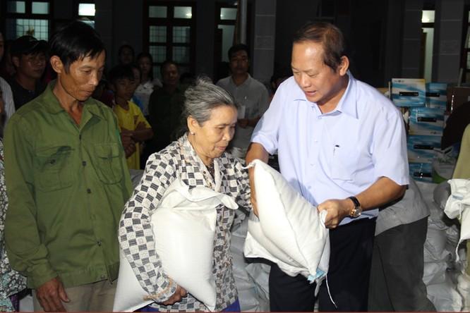Bộ trưởng Trương Minh Tuấn thăm và tặng quà đồng bào bị lũ lụt tại Hà Tĩnh, Quảng Bình ảnh 7