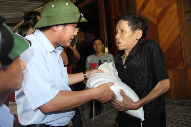 Bộ trưởng Trương Minh Tuấn thăm và tặng quà đồng bào bị lũ lụt tại Hà Tĩnh, Quảng Bình ảnh 5