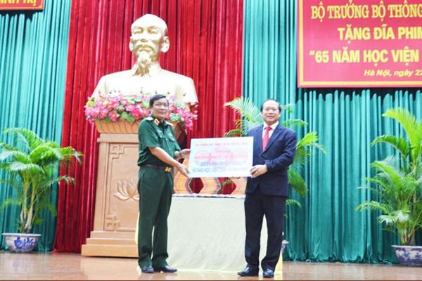 Bộ trưởng Trương Minh Tuấn tặng phim tài liệu cho Học viện Chính trị-Bộ Quốc phòng ảnh 1