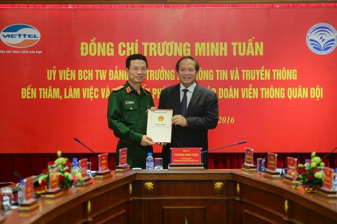 Bộ trưởng Trương Minh Tuấn trao giấy phép triển khai 4G cho Viettel.