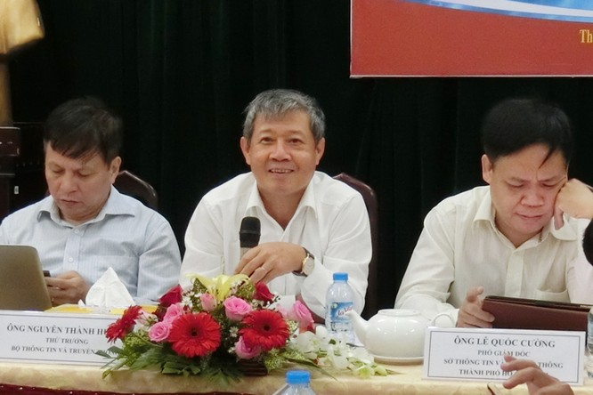 Thứ trưởng Nguyễn Thành Hưng (ngồi giữa) phát biểu tại buổi Tọa đàm