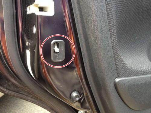 Nắp tròn trên cản xe Đa số các mẫu xe đều có chi tiết nắp tròn nhỏ ở trên cản xe. Những nắp tròn này che đi móc kéo cáp bên trong. Khi chiếc xe ô tô của bạn bỗng dưng gặp sự cố hoặc cần cứu trợ khẩn cấp, chỉ cần mở chi tiết này ra bạn sẽ tìm thấy móc cáp để móc vào để kéo xe bạn đi.