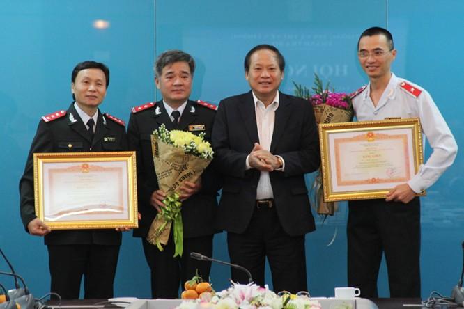 Thừa ủy quyền của Thủ tướng Chính phủ, Bộ trưởng Bộ TT&TT Trương Minh Tuấn trao Bằng khen của Thủ tướng Chính phủ cho 1 tập thể và 1 cá nhân thuộc Thanh tra Bộ TT&TT.