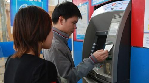 Giao dịch online tắc nghẽn vì lo ATM hết tiền ảnh 1