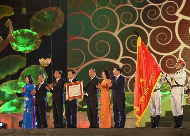 Thủ tướng Nguyễn Xuân Phúc trao Huân chương Độc lập hạng Nhất cho Đảng bộ, chính quyền và nhân dân tỉnh Bắc Ninh. Ảnh: VGP