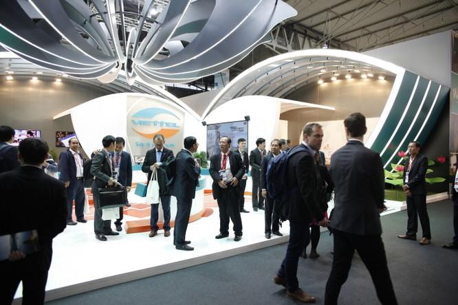 Gian hàng Viettel liên tục thu hút các đoàn khách quốc tế