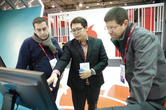 Một số đối tác quốc tế quan tâm và trực tiếp tìm đến gian hàng của Viettel để tìm hiểu.