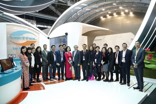 Thứ trưởng Bộ TT&TT Nguyễn Minh Hồng và đoàn công tác Bộ TT&TT đã đến thăm gian hàng của Viettel