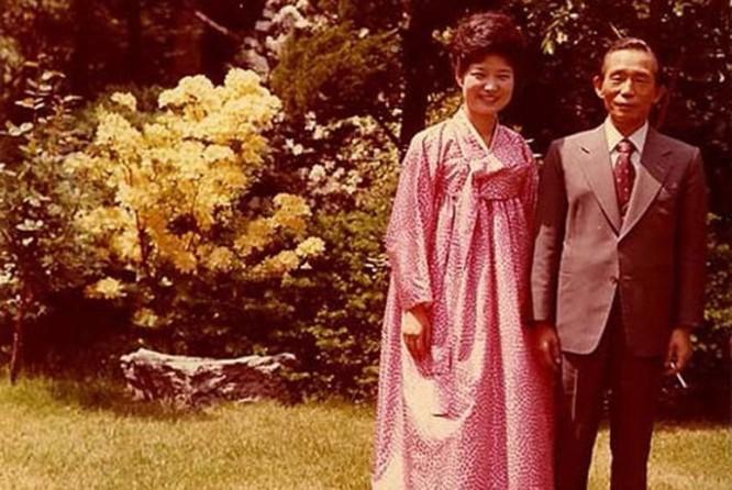 Năm 1979, ác mộng lại ập đến một lần nữa, cha bà Park bị một thuộc cấp ám sát. Bà đã rút khỏi chính trường và tới năm 1997, bà chính thức quay trở lại. Năm 1997, Park Geun-hye gia nhập đảng Quốc đại (GNP), tiền thân của đảng Thế giới mới.
