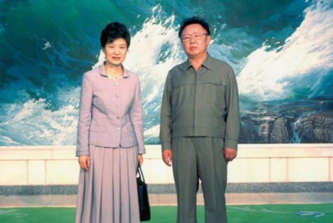 Năm 2007, bà tranh cử chức tổng thống nhưng để thua trước ông Lee Myung-bak. Năm 2012, bà một lần nữa ra tranh cử. Cam kết mà bà Park Geun-hye đưa ra lần này gồm thúc đẩy nền kinh tế công bằng, gia tăng phúc lợi và cải thiện quan hệ với Triều Tiên. Bức ảnh này chụp bà cùng với cố lãnh đạo Triều Tiên Kim Jong-il hồi tháng 5/2002.