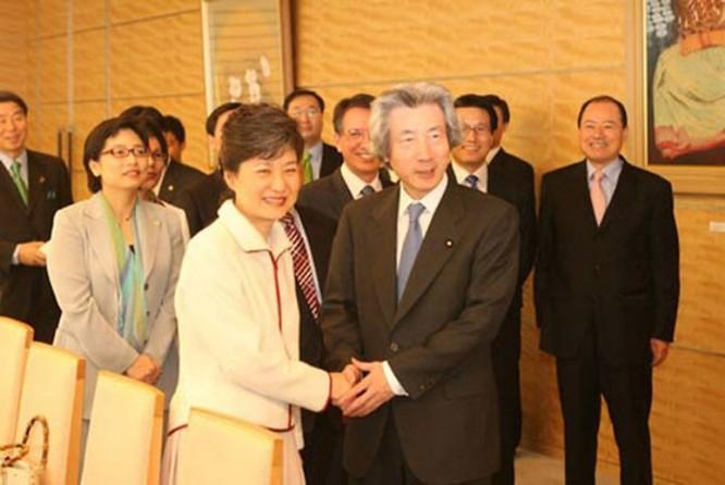 """21 bức ảnh """"biết nói"""" về nữ Tổng thống đầu tiên của Hàn Quốc ảnh 12"""
