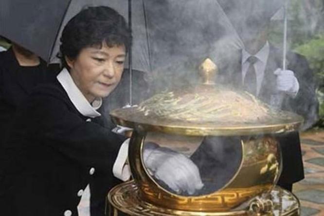 """21 bức ảnh """"biết nói"""" về nữ Tổng thống đầu tiên của Hàn Quốc ảnh 15"""
