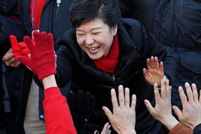 """21 bức ảnh """"biết nói"""" về nữ Tổng thống đầu tiên của Hàn Quốc ảnh 16"""