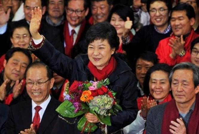 """21 bức ảnh """"biết nói"""" về nữ Tổng thống đầu tiên của Hàn Quốc ảnh 17"""