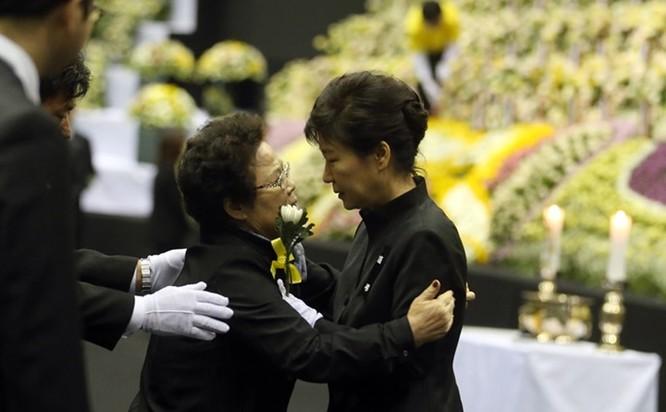 """21 bức ảnh """"biết nói"""" về nữ Tổng thống đầu tiên của Hàn Quốc ảnh 18"""