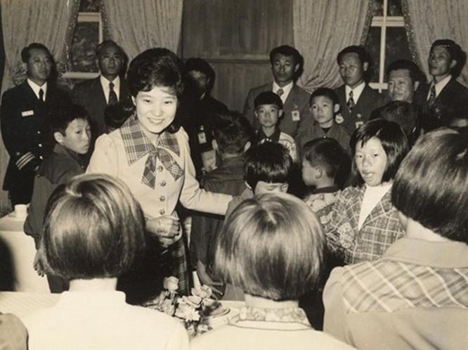 Sau khi tốt nghiệp đại học, bà tới Grenoble, Pháp. Tháng 8/1974, bà được gọi trở về Seoul ngay lập tức.
