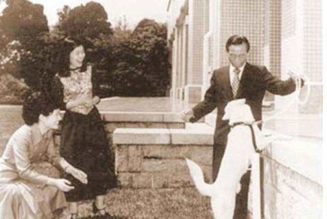 Tại sân bay, bà được tin người mẹ đã bị một thành viên Tổng hội Triều Tiên ở Nhật Bản sát hại.