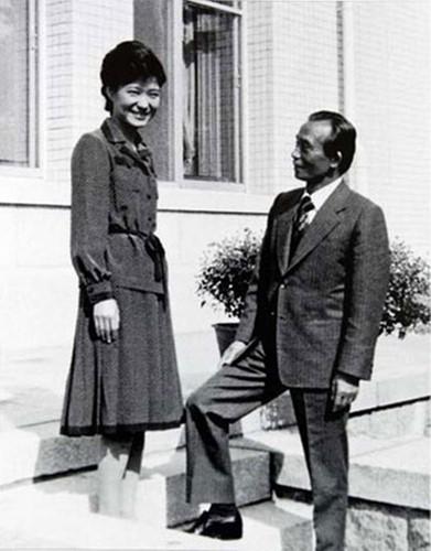 Cuộc sống của bà từ đó đã thay đổi. Bà trở thành người phụ nữ quan trọng nhất bên cạnh cha mình, Tổng thống Park Chung-hee.