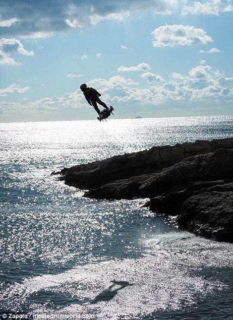 """Video: """"Cân đẩu vân"""" trên Đại Tây Dương bằng ván bay phản lực ảnh 2"""